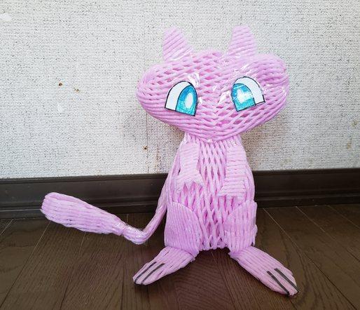 ピンクの体に足とシッポが長い