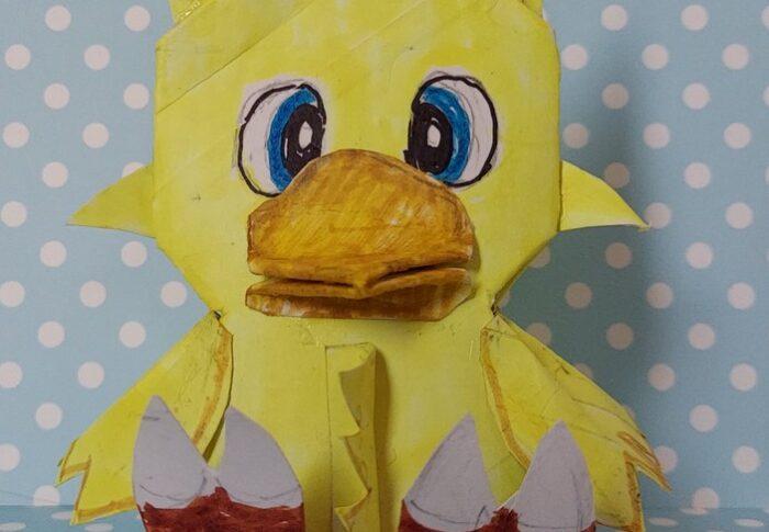 大型で二足歩行の黄色い鳥